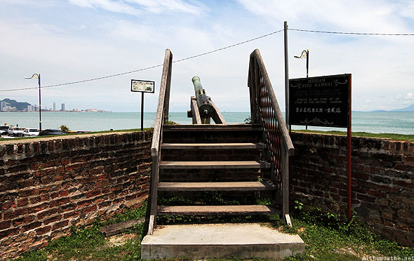 Fort Cornwalis Penang sea steps cannon