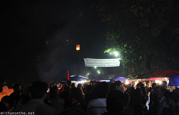 Maejo Loi Krathong crowds towards grounds