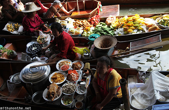 Damnoensaduak floating market paddle boats fresh food Thailand