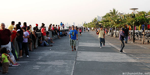 Manila baywalk Saturday evening crowd Philippines