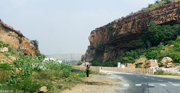 Road to Jamalagundu bridge
