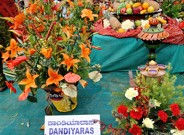 Dandiyaras flower arrangement design Lal Bagh show