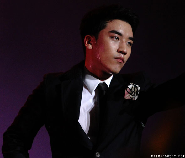 Seungri sweating Singapore concert F1 Friday